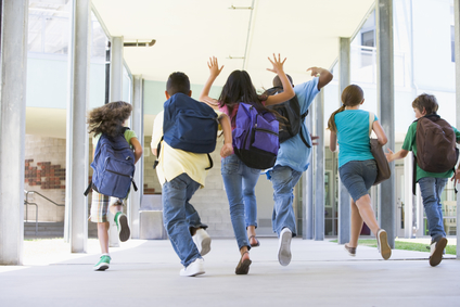 Basisschoolleerlingen rennen de school uit