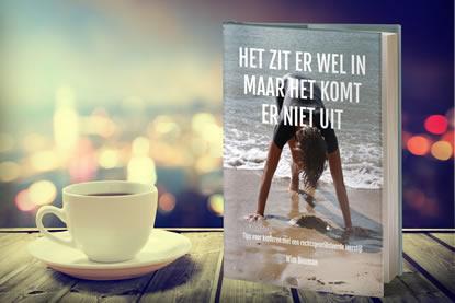 Boek met een kopje koffie op een tafel