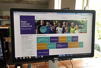 Beeldscherm met website van (jeugdzorg)regio Centraal Gelderland