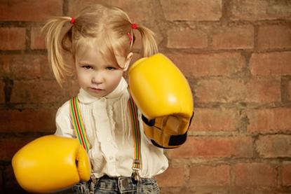 Meisjes voor een muur met bokshandschoenen aan