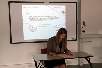Onderzoeker Franziska Morh zet haar handtekening onder haar diploma.