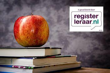 Een stapeltje boeken, een appel én het logo van Registerleraar.nl voor een schoolbord