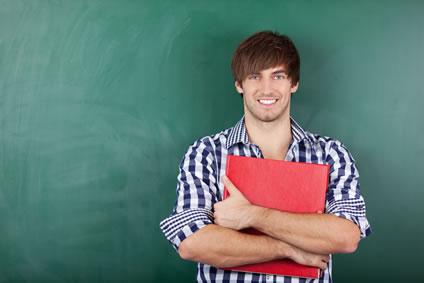 Tevreden leerkracht voor het bord