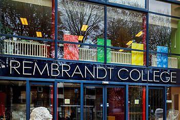 Deel van de entree van het Rembrandt-College in Veenendaal