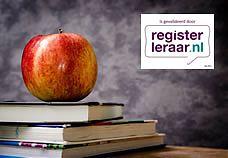 Een stapeltje boeken, een appel én het logo van Registerleraar.nl